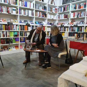 Fernando Delgado leyendo un magnífico texto con motivo de la fiesta de clausura de la exposición de Carmen Calvo.