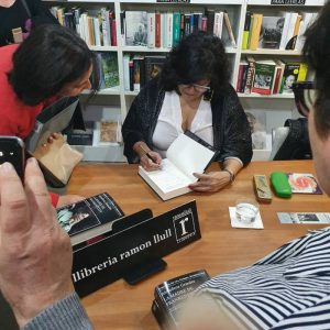 Recibimos a Almudena Grandes con su última novela: LA MADRE DE FRANKENSTEIN. Con ella conversará la periodista Carmen Velasco.