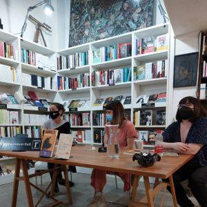 Nos visitó Almudena Sánchez para hablarnos sobre su última novela Fármaco. Le acompañaron en la conversación Francisca Pageo, artista y coeditora de la Revista Détour y Almudena Amador