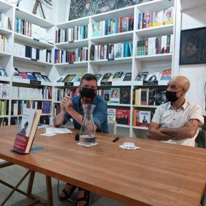 Nos visitó el escritor Jesús Carrasco para presentarnos su novela Llévame a casa. Conversaró con él Eduardo Almiñana, periodista y colaborador de nuestra Librería.